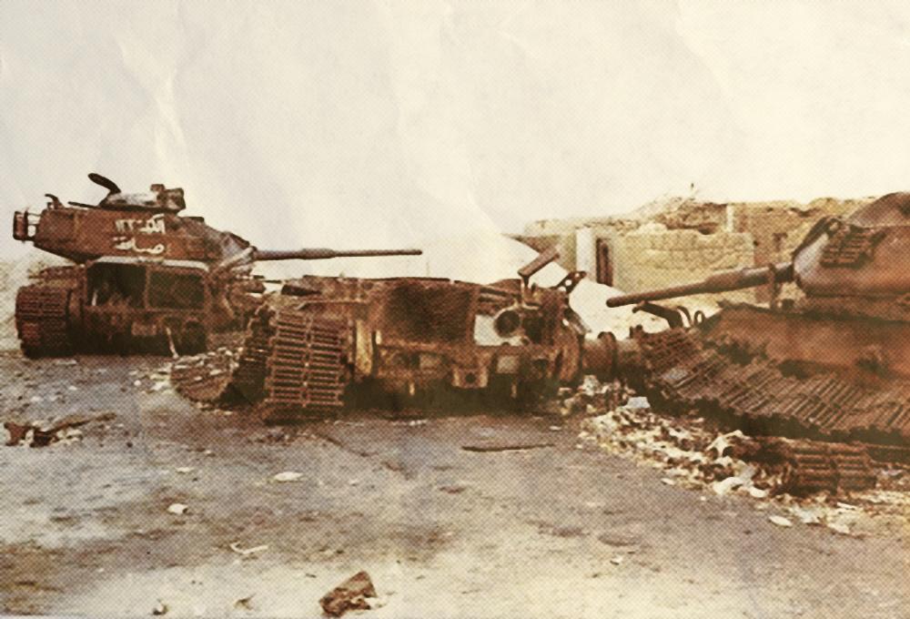 دبابات إسرائيلية دمرها رجال الصاعقة المصرية في قرية أبو عطوة بالقرب من الإسماعيلية.