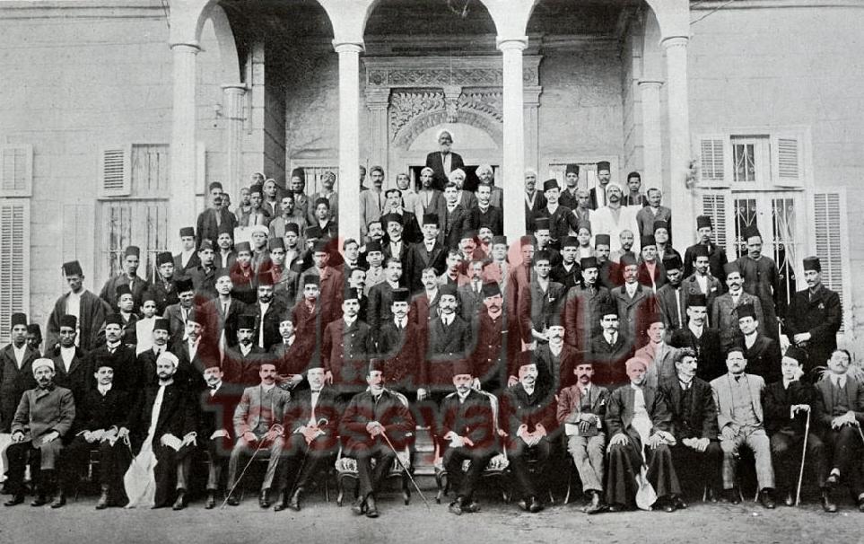صحفيو وعمال جريدة اللواء بجوار الزعيم مصطفى كامل