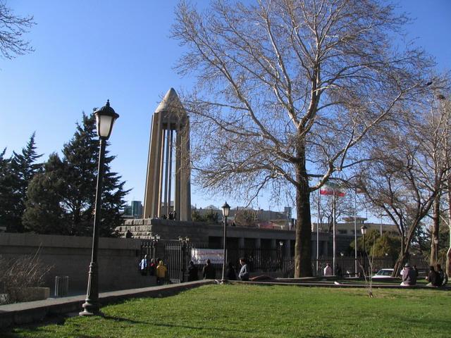 قبر ابن سينا في همدان، إيران.