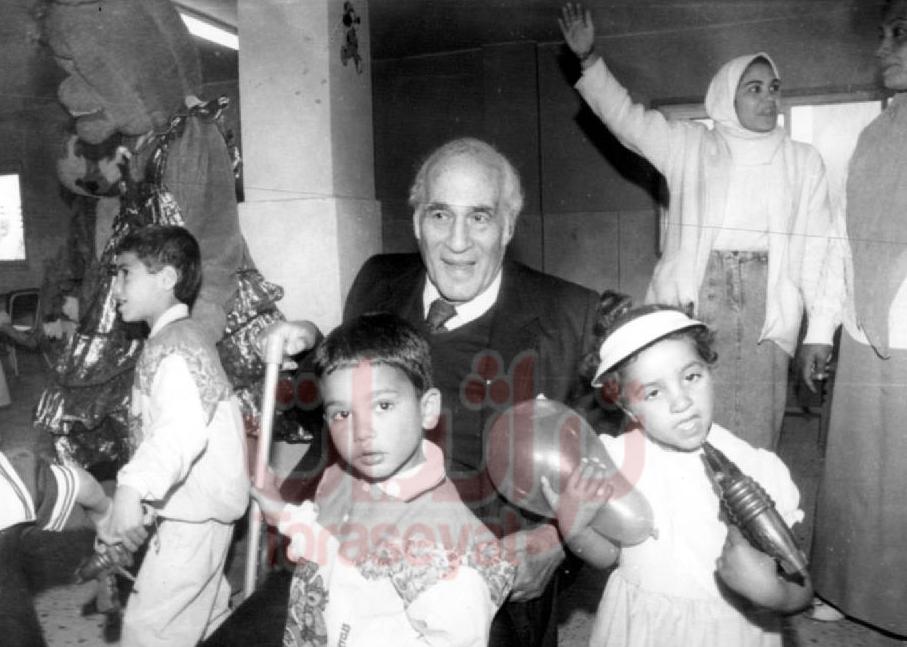 مصطفى أمين يقضي العيد مع أيتام إحدى المشروعات الخيرية في أخبار اليوم