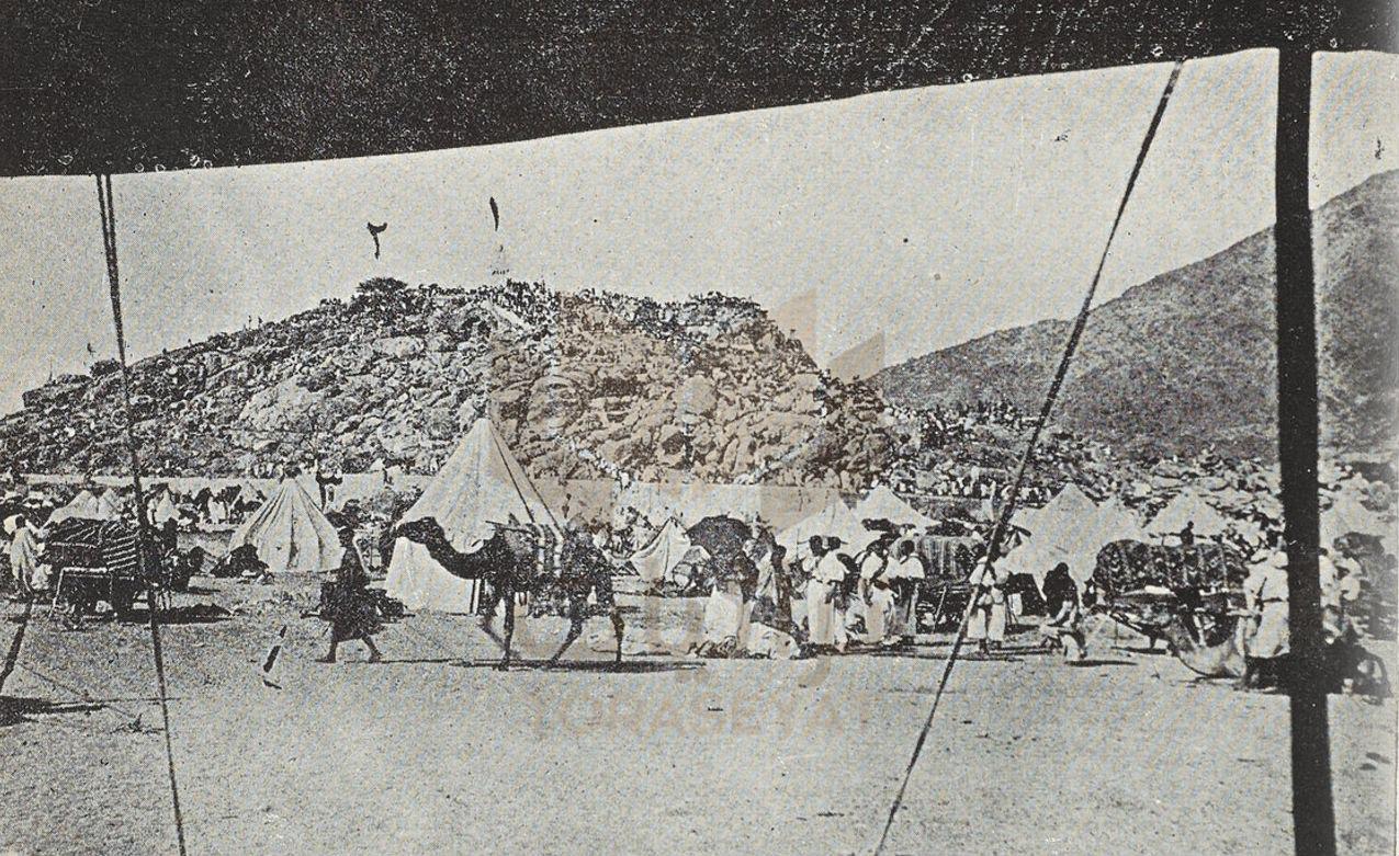جبل عرفات والترقيم 1 هو منارة فيها مصابيح و الترقيم 2 إحدى شجرات الجبل