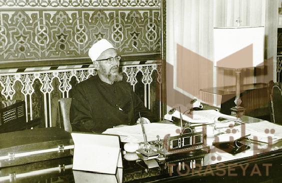 الشيخ عبدالحليم محمود في مكتبه بمشيخة الأزهر