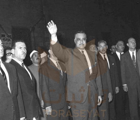 عبدالناصر يحيي الجماهير لدى خروجه في الميدان الحسيني
