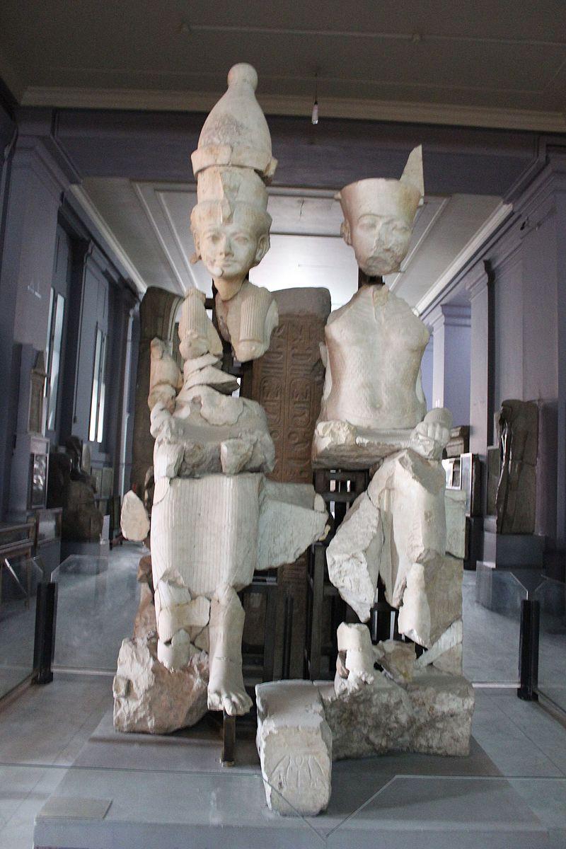 تمثال آمون وزوجته في المتحف المصري