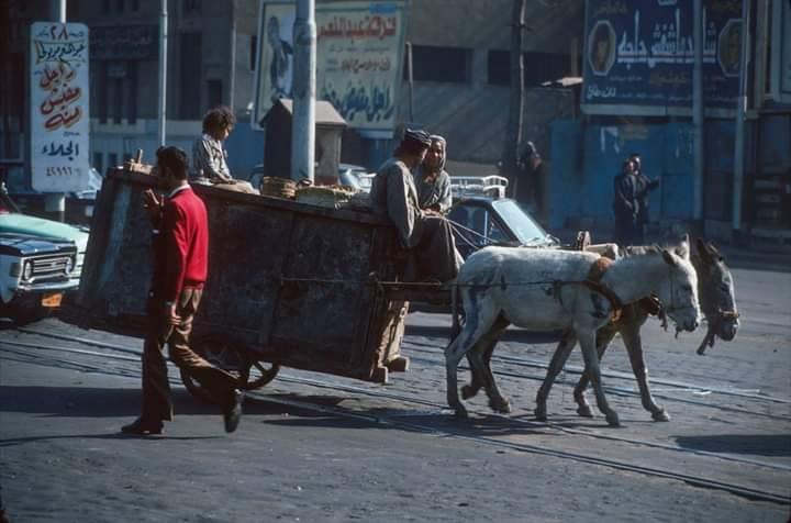 إعلان مسرحية شاهد ماشفش حاجة في أقصى يمين الصورة من الأعلى - 1976 م