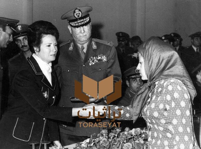 جيهان السادات مع امرأة من أسر الشهداء