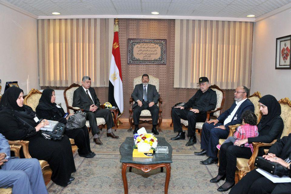 مرسي مع أسر شهداء ومصابي الشرطة