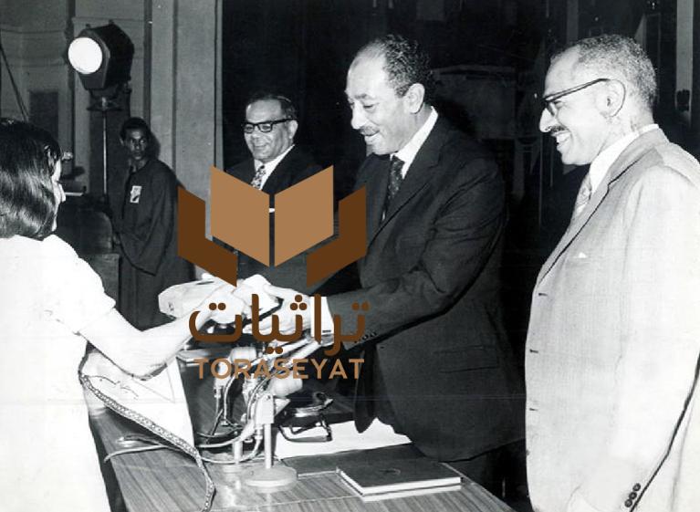السادات يكرم إحدى ممثلات الشباب في مؤتمر 1973 م