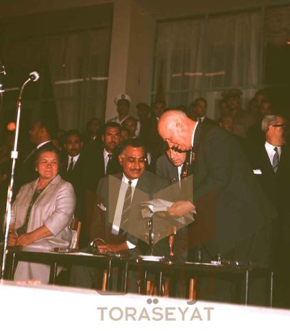جمال عبدالناصر وخروشوف في مؤتمر الشباب