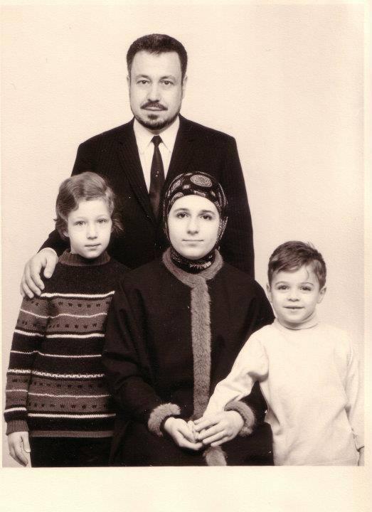 بنان الطنطاوي مع زوجها بين ولدها وبنتها
