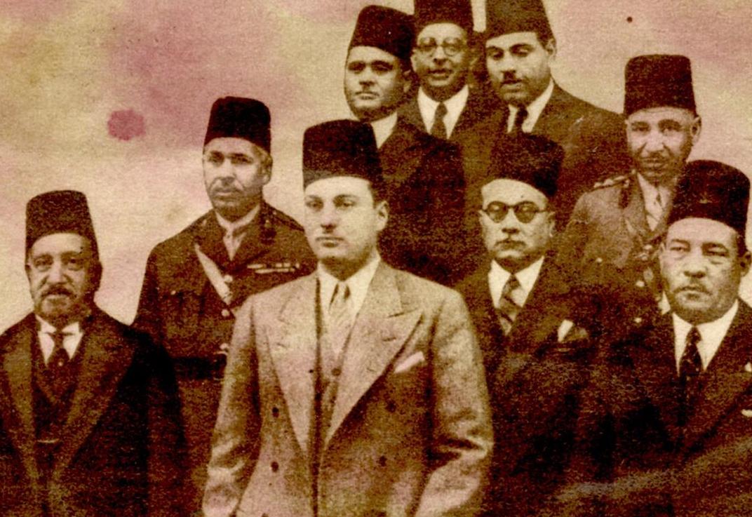 الملك فاروق وعن يمينه طلعت حرب