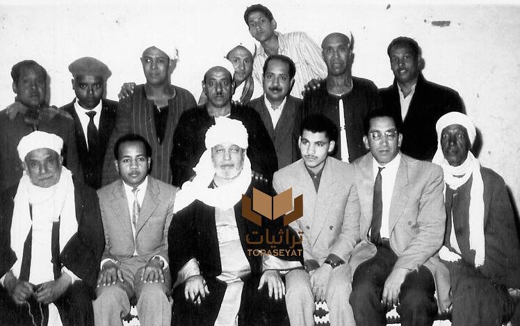 الشيخ محمد الحافظ التجاني وعن يساره نجله الشيخ أحمد