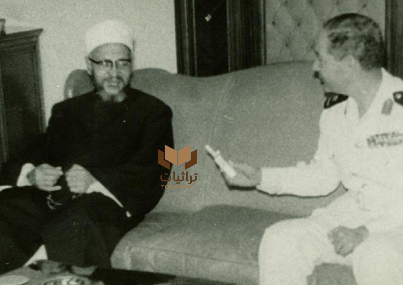 اللواء بحري محمود فهمي يقدم السجائر للشيخ عبدالحليم محمود
