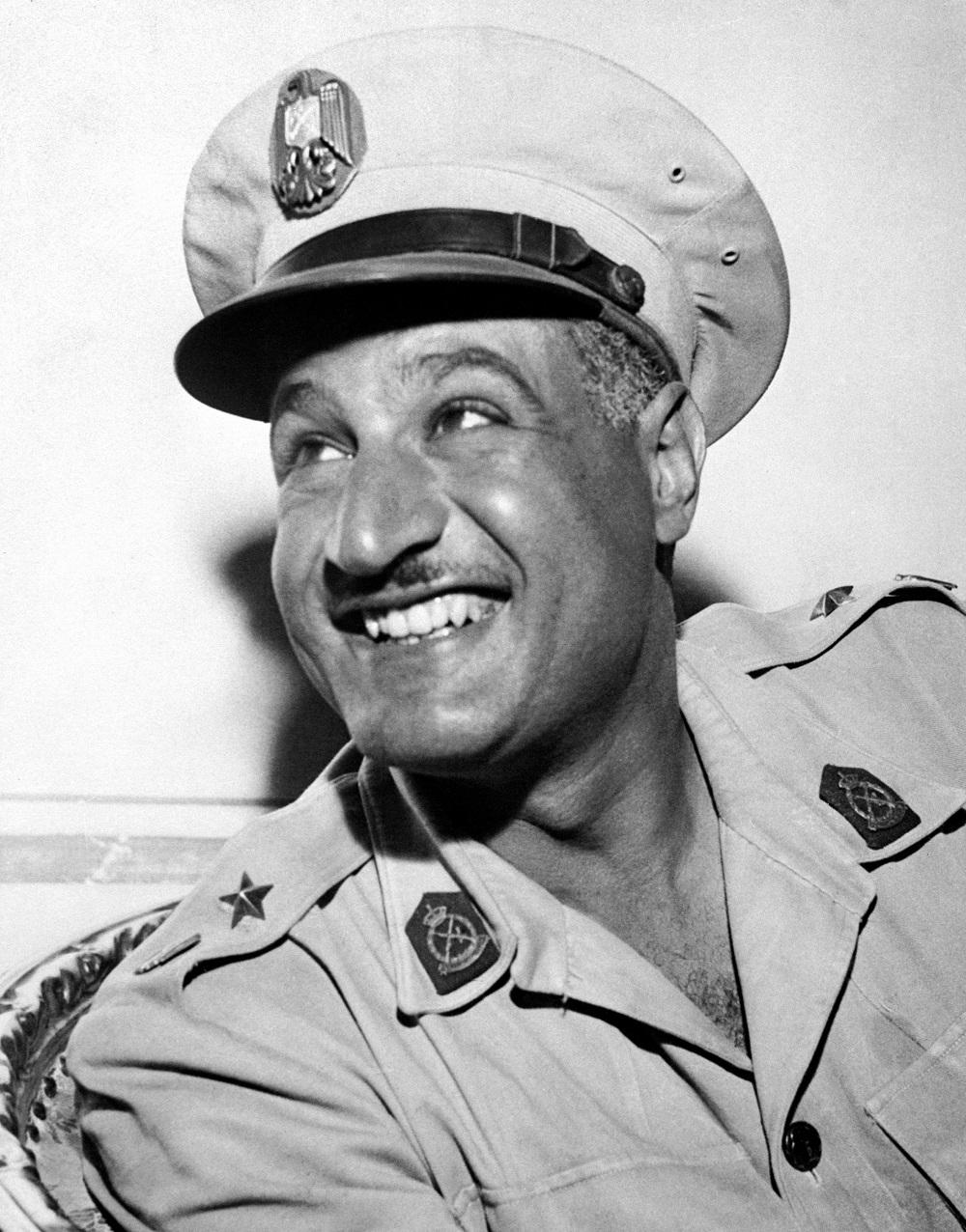 جمال عبدالناصر بالزي العسكري