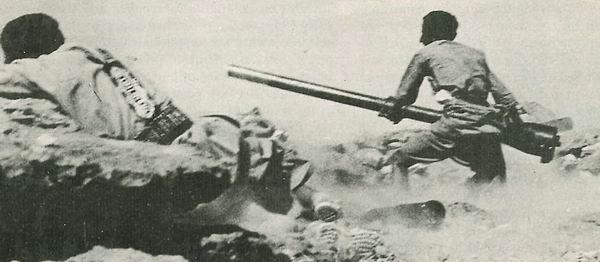 قوات ملكية يمنية في محاولة لصد هجوم مدرعة مصرية