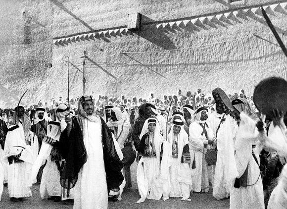 الملك عبدالعزيز آل سعود يحتفل بالعيد مع أطفال الرياض